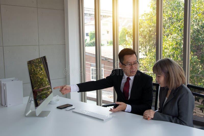 Концепция дела обсуждать проблему с разочарованным взглядом показывая к его секретарше серьезную проблему стоковая фотография rf
