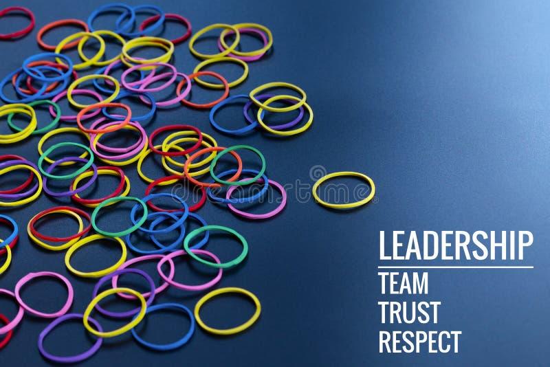 Концепция дела руководства желтое руководство круглой резинкы цвета другой цвет с руководством, командой, доверием и уважением сл стоковое изображение rf