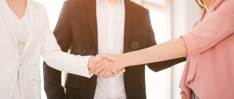 Концепция дела рукопожатия бизнес-леди тряся руки в офисе стоковое изображение