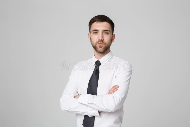 Концепция дела - скрещивание бизнесмена портрета красивое подготовляет с уверенно стороной Белая предпосылка скопируйте космос стоковое фото rf