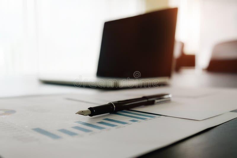Концепция дела с космосом экземпляра Таблица стола офиса с foc ручки стоковое изображение rf