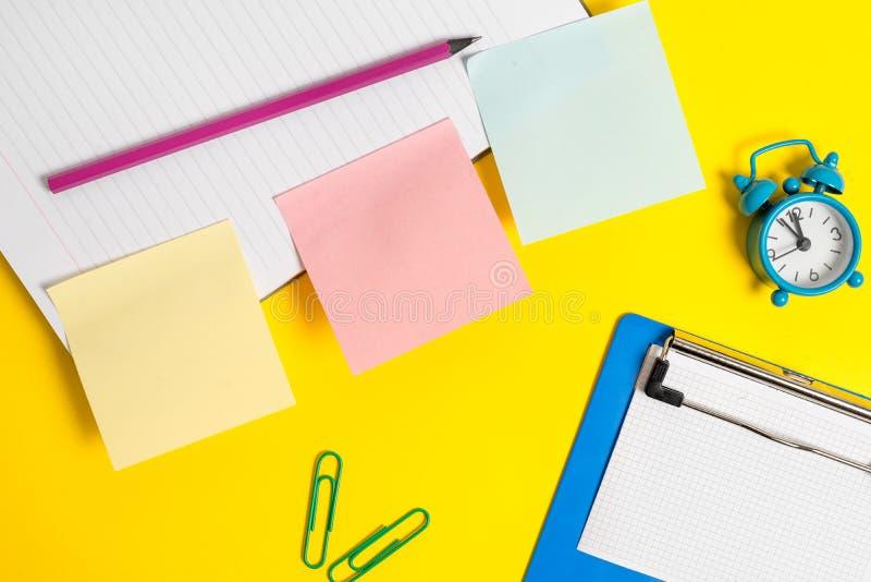 Концепция дела с пустыми бумагами для текста Розовая пустая бумага на желтой таблице с карандашем Плоское положение над таблицей  стоковое фото rf