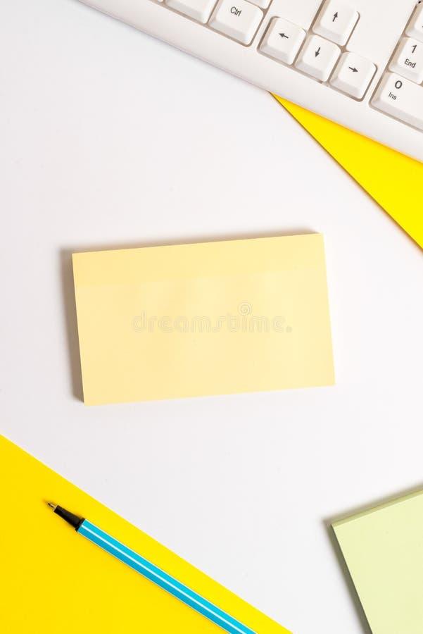 Концепция дела с чистыми листами бумаги на таблице Пустая квадратная бумага с космосом экземпляра на таблице Плоское положение на стоковые изображения
