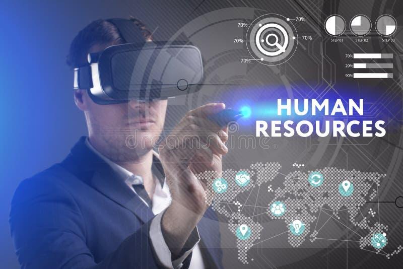 Концепция дела, технологии, интернета и сети Молодой бизнесмен работая в стеклах виртуальной реальности видит надпись: стоковое изображение