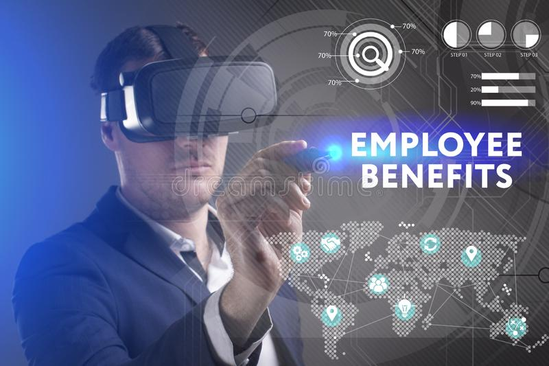 Концепция дела, технологии, интернета и сети Молодой бизнесмен работая в стеклах виртуальной реальности видит надпись: стоковое изображение rf