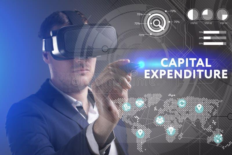 Концепция дела, технологии, интернета и сети Молодой бизнесмен работая в стеклах виртуальной реальности видит надпись: стоковая фотография rf