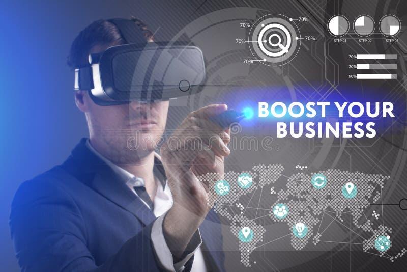 Концепция дела, технологии, интернета и сети Молодой бизнесмен работая в стеклах виртуальной реальности видит надпись: стоковые изображения rf