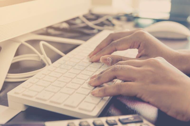 Концепция дела финансового и объяснение с рукой печатают на клавиатуре стоковая фотография rf