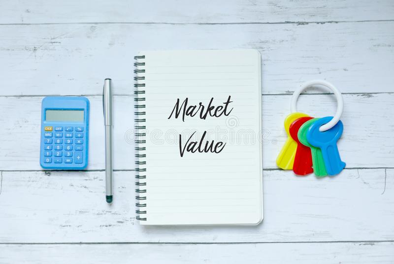 Концепция дела, финансов и свойства Взгляд сверху калькулятора, ручки, ключей и тетради написанных с рыночной стоимостью стоковые фото
