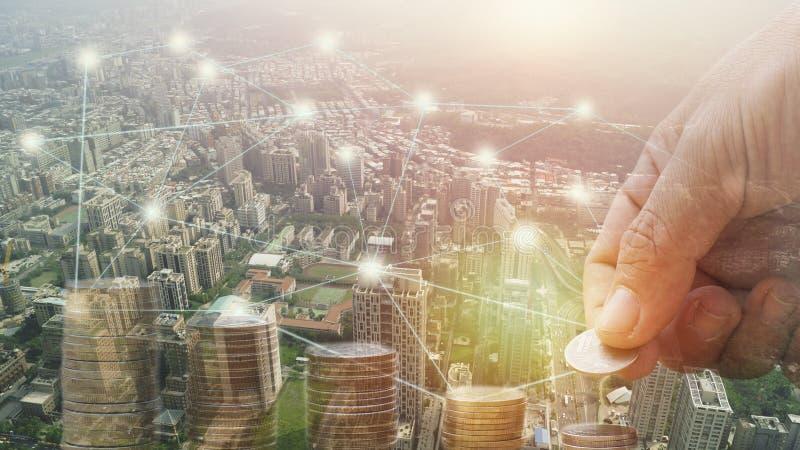 Концепция денег и города, финансов и банка двойной экспозиции штабелированная рукой для предпосылки концепция внутри растет и иде стоковое фото rf