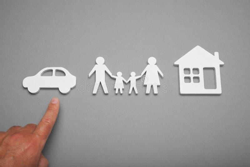 Концепция денег наличных денег семьи, автомобиль покупки стоковые фото