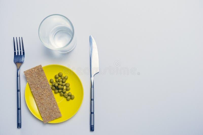 Концепция диетических ограничений, здоровый образ жизни, диета, потеря веса, тучность боя, здоровая еда горохи и хлеб на плите, стоковое фото rf