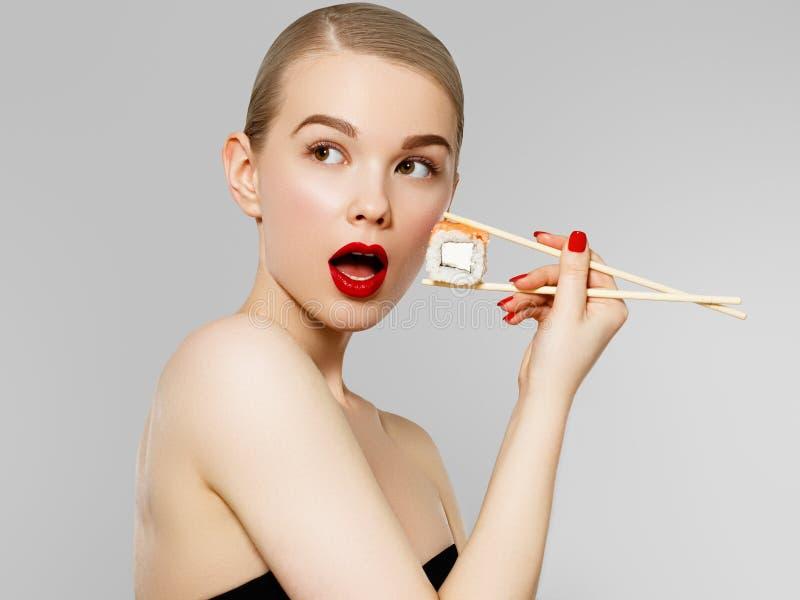 Концепция диеты Питание Красивая усмехаясь женщина есть крен суш с палочками Портрет моды модели красоты стоковое изображение rf