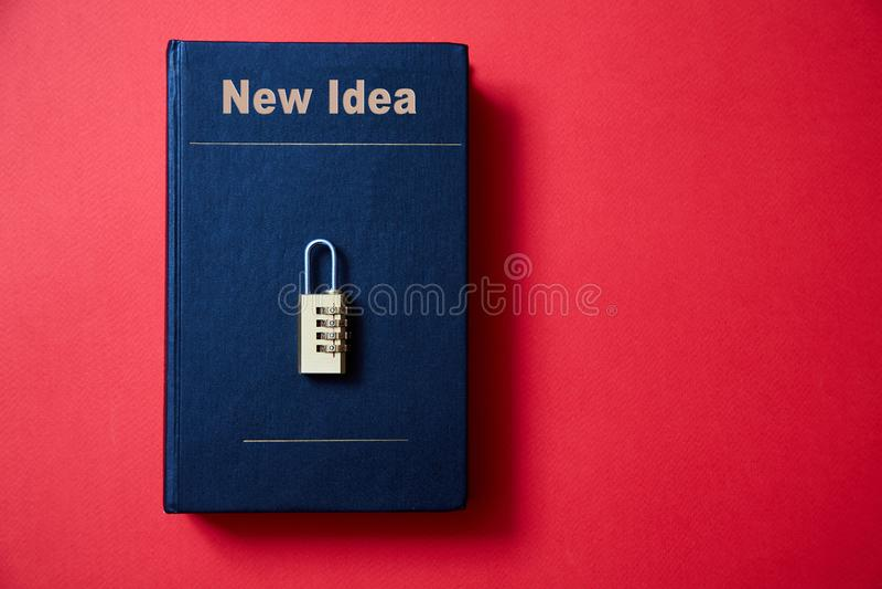 Концепция для авторского права, патента или интеллектуальной собственности и предохранения от идеи Замок с кодом лежа на книге стоковое фото rf