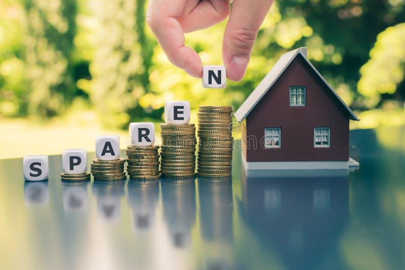 """Концепция для сохраняя денег для покупки дома Кость формирует немецкое слово """"sparen """" стоковые изображения rf"""