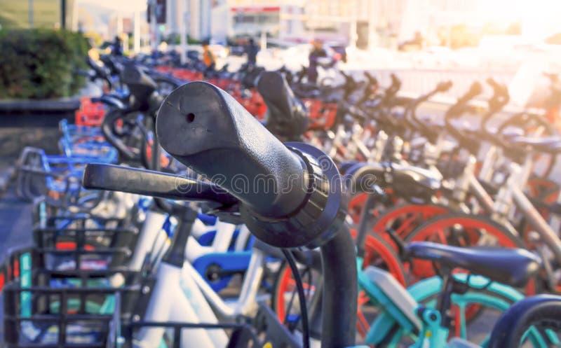 Концепция дня коммунальной услуги: Общественное обслуживание проката велосипедов стоковые фото