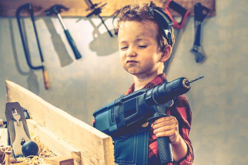 Концепция дня отцов ребенка, инструмент плотника, работник стоковое фото