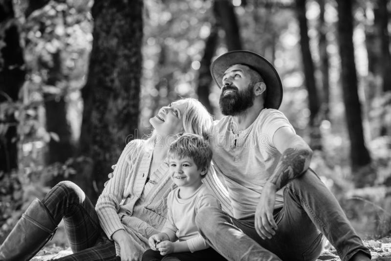 ( Концепция дня семьи Папа мамы и мальчик ребенк ослабляя пока пеший туризм в пикнике семьи леса o стоковые фотографии rf