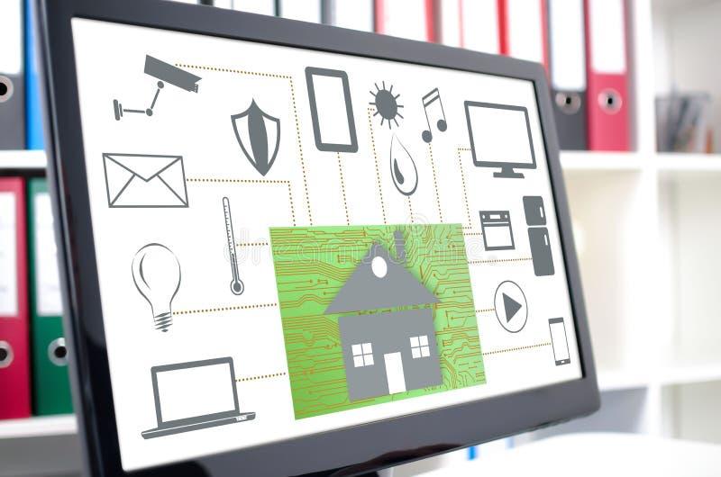 Концепция домашней автоматизации на экране компьютера стоковые изображения