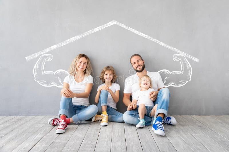 Концепция дома дня семьи новая домашняя двигая стоковое изображение