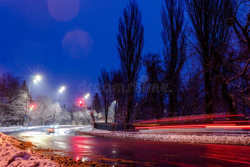 E r концепция дороги, удаления снега и льда, опасности и безопасности движения, улицы стоковое фото