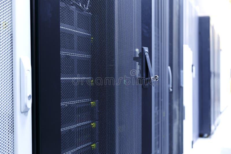 Концепция доступа к вычислять и хранению информации, ручки с замком и ключа в нем на двери сервера в современном стоковое изображение rf