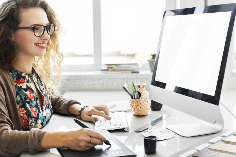 Концепция девушки интернета прибора цифров женщины женская стоковое фото rf