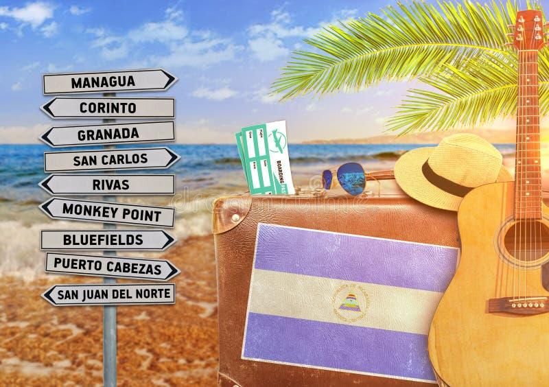 Концепция лета путешествуя с старыми чемоданом и городком Никарагуа стоковое изображение rf