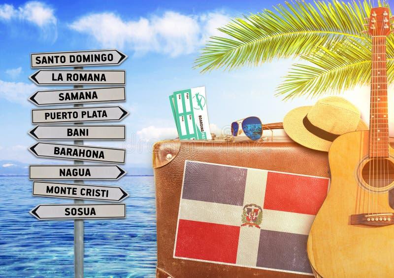 Концепция лета путешествуя с старыми чемоданом и Доминиканской Республикой стоковые фото