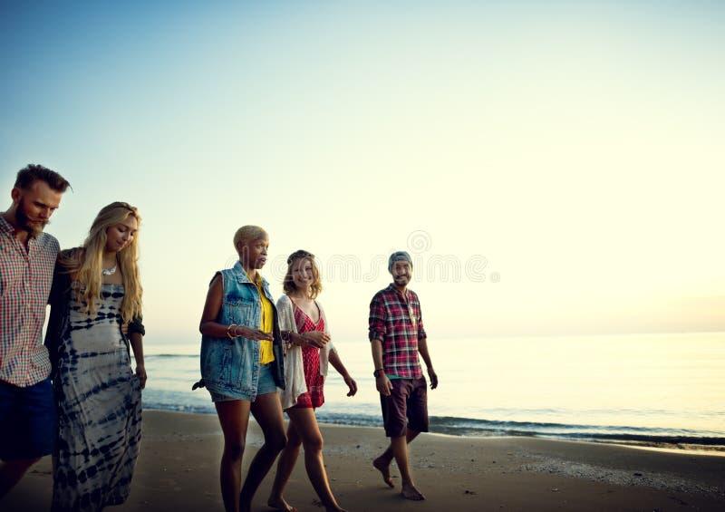 Концепция летнего отпуска пляжа свободы приятельства стоковое изображение rf