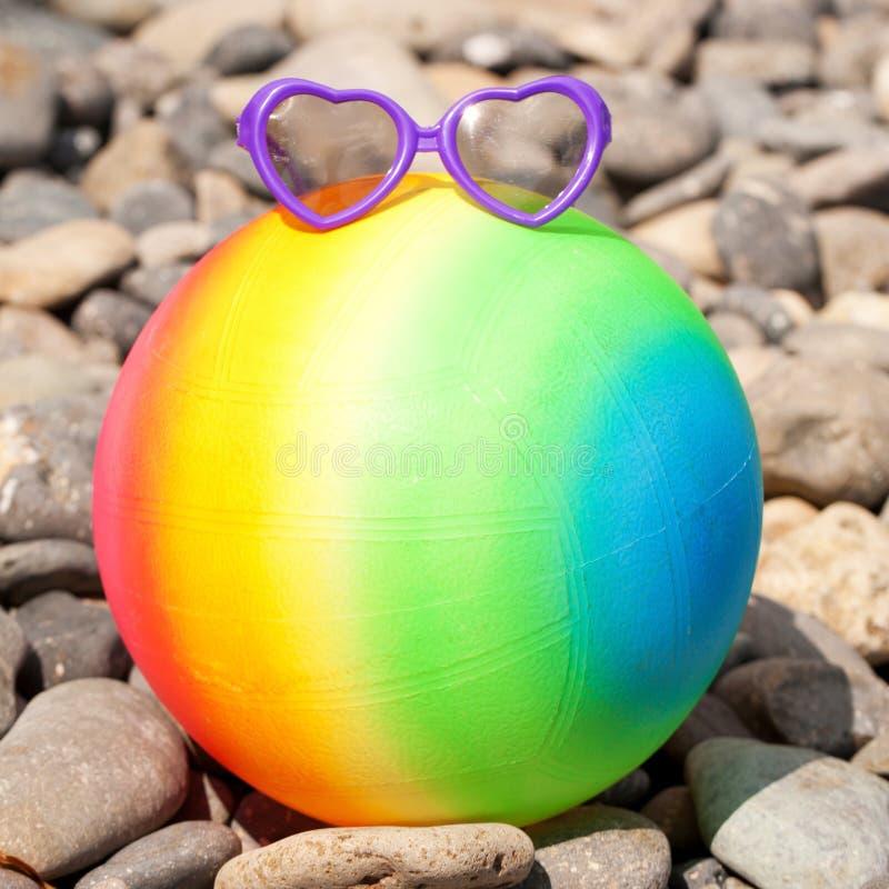 Концепция летних отпусков. Шарик пляжа радуги красочный стоковое фото rf