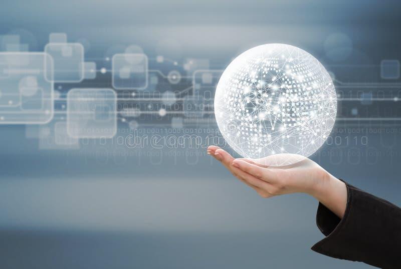 Концепция дела руки бизнес-леди держа глобальную вычислительную сеть стоковое изображение rf