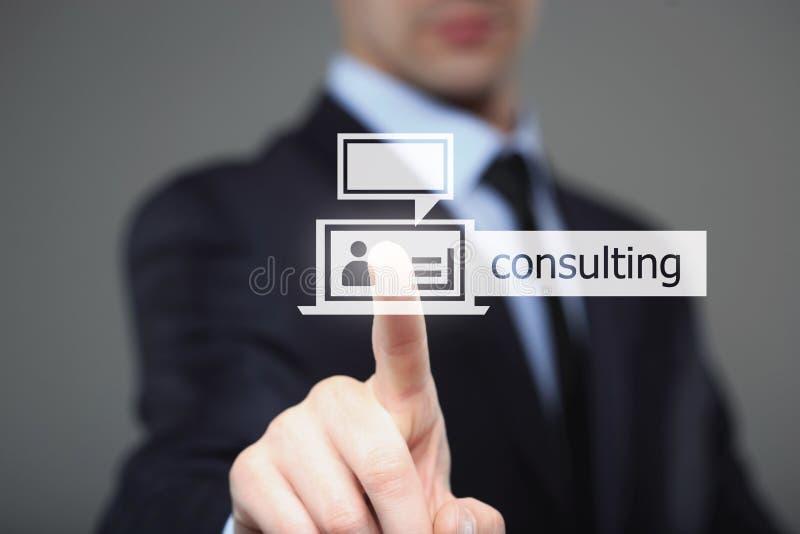 Концепция дела, технологии, интернета и сети - бизнесмен отжимая советуя с кнопку на виртуальных экранах стоковые фотографии rf