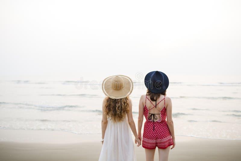 Концепция единения каникул летнего отпуска пляжа девушек стоковые фотографии rf