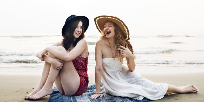 Концепция единения каникул летнего отпуска пляжа девушек стоковые изображения