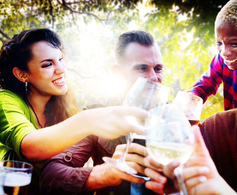 Концепция единения приятельства друзей внешняя охлаждая стоковая фотография