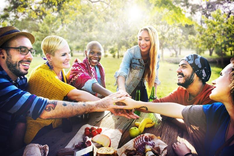 Концепция единства сыгранности друзей Outdoors располагаясь лагерем стоковая фотография