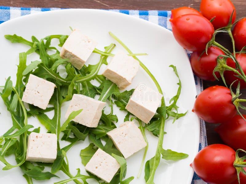Концепция еды Vegan с тофу, arugula и томатами стоковое фото rf