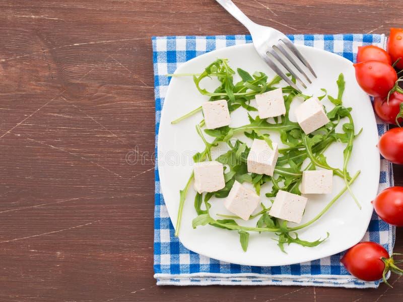 Концепция еды Vegan с тофу, arugula и томатами стоковое изображение