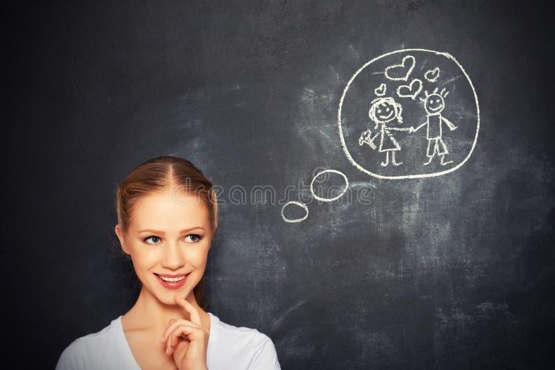 Концепция. женщина мечтает о чертеже влюбленности и замужества на меле стоковая фотография rf