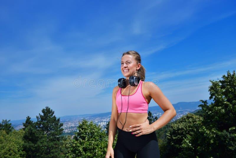Download Концепция женщины фитнеса успеха выигрывая с наушниками Стоковое Фото - изображение насчитывающей девушка, пригодность: 81803136