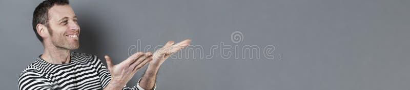 Концепция жеста рукой для восторженного 40s человека, длинное серое знамя стоковая фотография