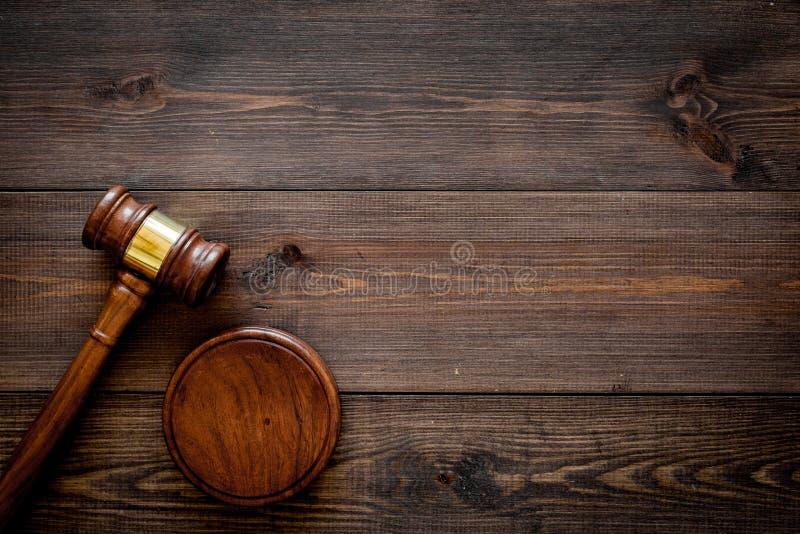 Концепция закона или законоведения Судите молоток на темном деревянном космосе экземпляра взгляд сверху предпосылки стоковая фотография rf