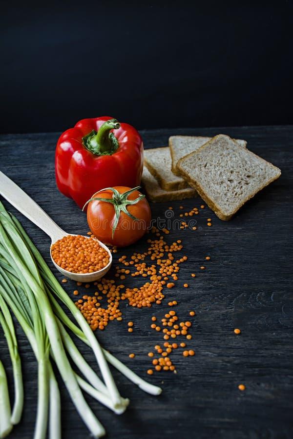 Концепция здоровой еды Сбалансированная здоровая предпосылка еды Чечевицы, белый хлеб, овощи, зеленые цвета на темное деревянном стоковые фотографии rf