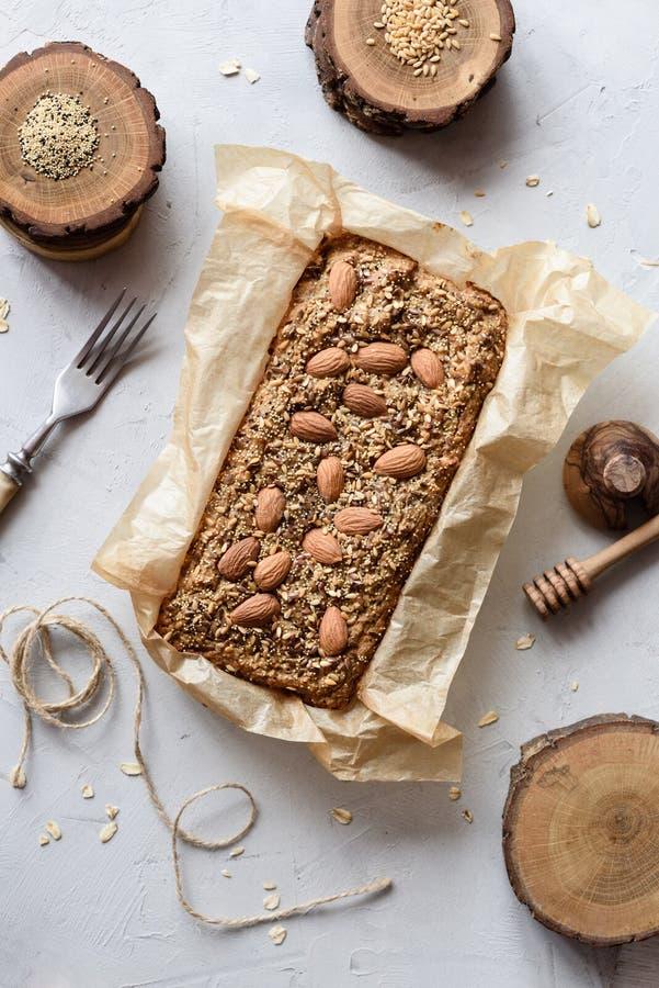 Концепция здоровой чистой еды Торт Wholegrain сахара клейковины свободного свободный с миндалинами, льном и семенами амаранта в п стоковые изображения rf