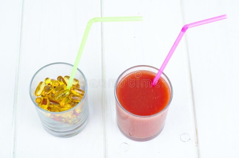 Концепция здоровых образа жизни и диеты Плоды, овощи, соки, таблетки и дополнения витамина стоковая фотография rf