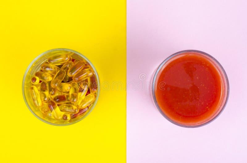 Концепция здоровых образа жизни и диеты Плоды, овощи, соки, таблетки и дополнения витамина стоковые изображения rf