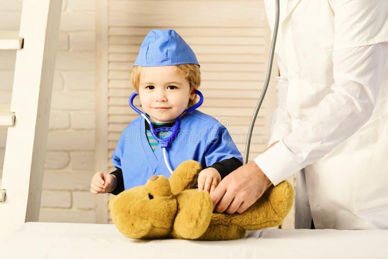 Концепция здоровья и детства мальчик в медицинской мантии держит стетоскоп стоковые изображения