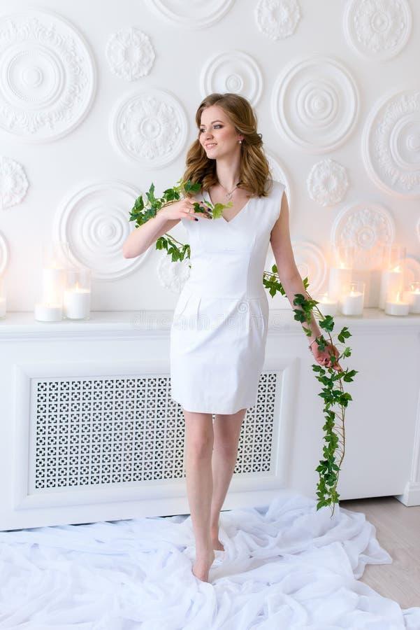 Концепция здоровья и красоты - девушка весны со свежей улыбкой и толстыми естественными волосами в нежной позиции, чистый белый с стоковое изображение rf