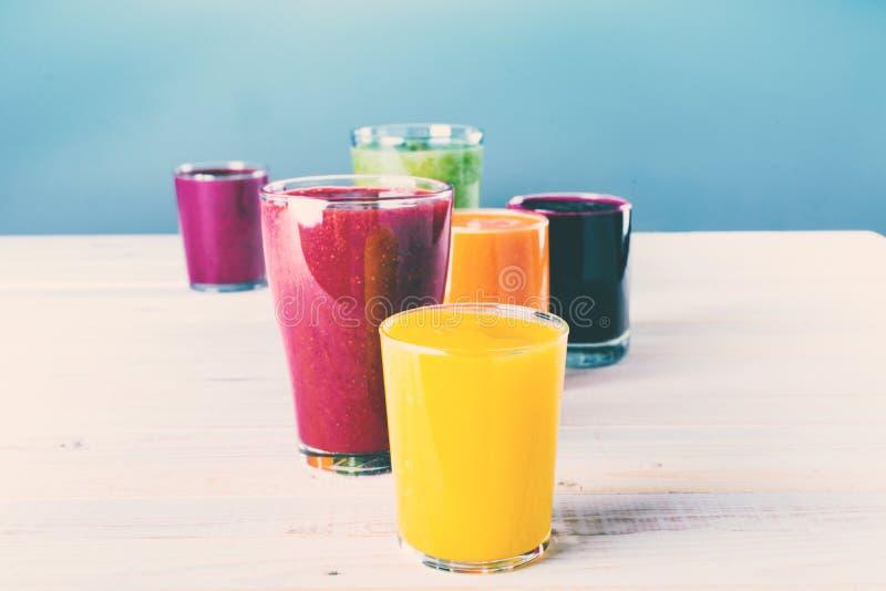 Концепция здоровья стекел Smoothie соков различная стоковые изображения rf